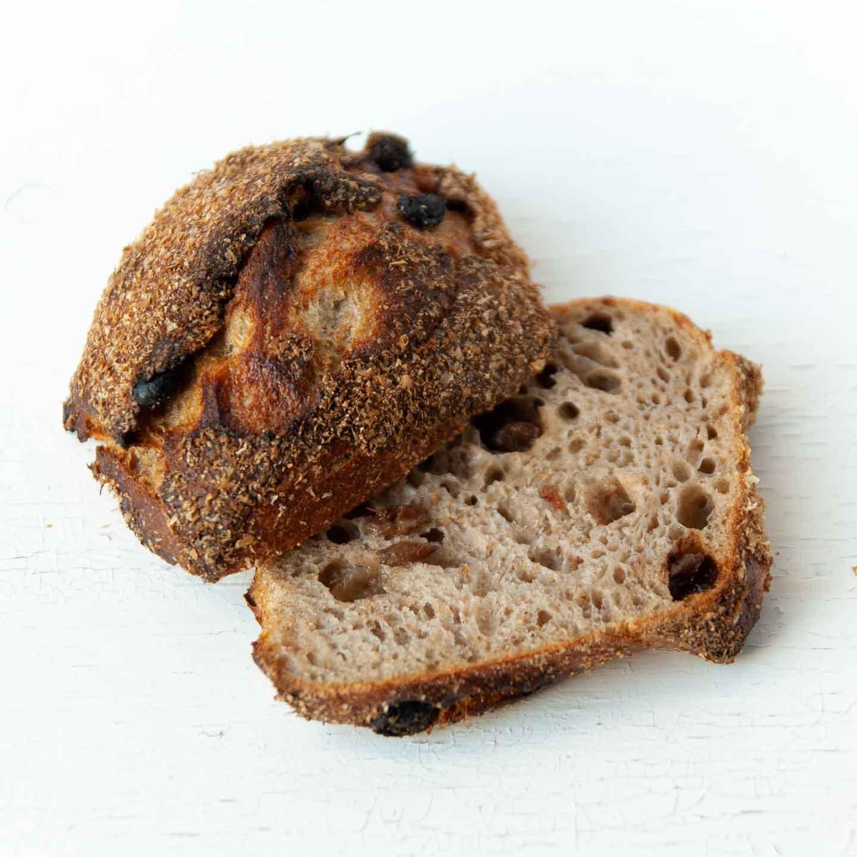 Økologisk kanel- og rosinbolle fra Mirabelle Bakery. Organic cinnamon and raisin bun from Mirabelle Bakery.