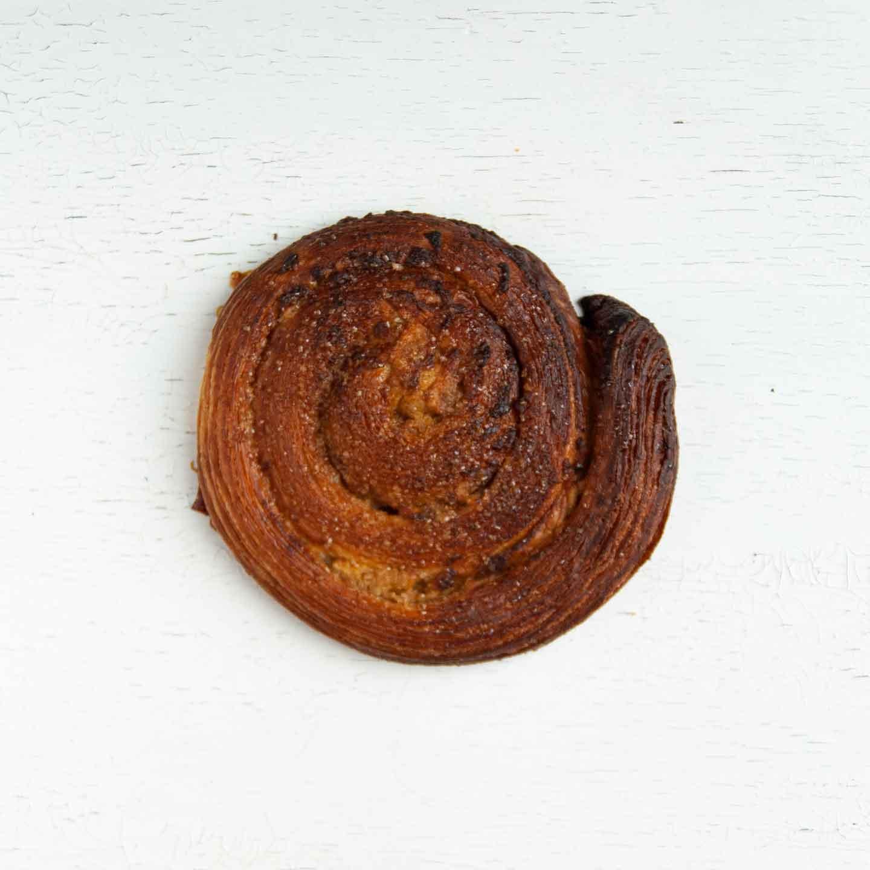 Økologisk kanelsnegl fra Mirabelle Bakery. Organic cinnamon roll snail from Mirabelle Bakery.