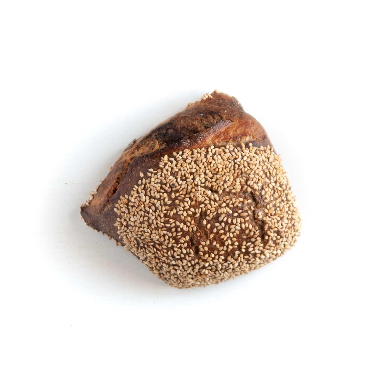 Økologisk malt- og sesambolle fra Mirabelle Bakery. Organic malt and sesame bun from Mirabelle Bakery.