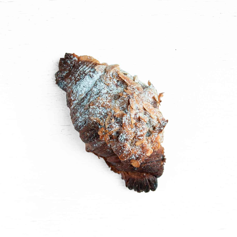 Økologisk mandelcroissant fra Mirabelle Bakery. Organic almond croissant from Mirabelle Bakery