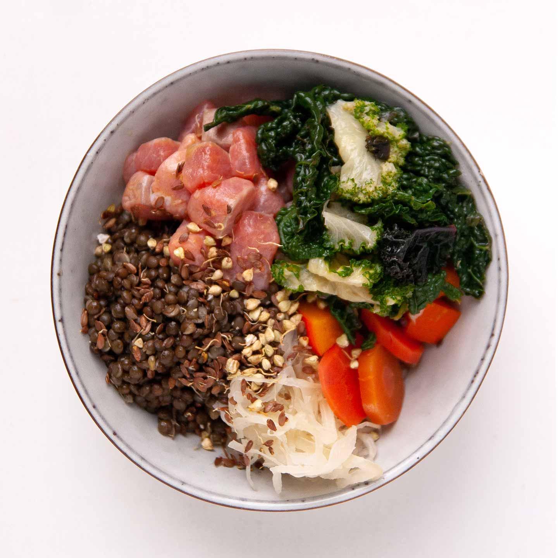 Bowl med kerner, saltet helleflynder, grønt og pickles 2